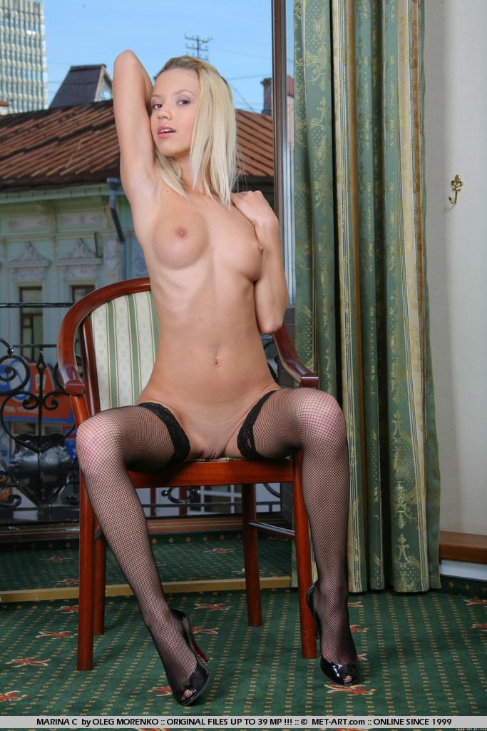 еротичні фото молодої блондинки Marina C з сайту met-art