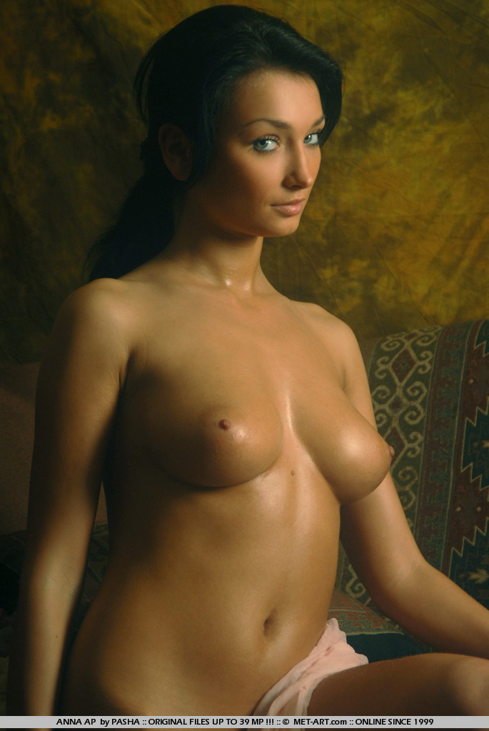 This set features a tanned goddess in an very artistic shoot.