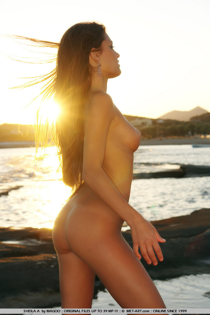 夕陽下與裸女來個水果大餐_歐美情色貼圖